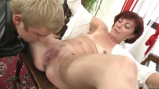 Amateur guy learns how to pleasure women from mature Diane Richards