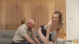 Anciano Conoce Intimamente A La Nueva Novia De Su Hijo